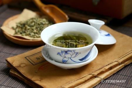 荷叶茶水在青花瓷盖碗里