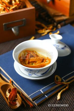 陈皮茶泡水盖碗放在线装书上