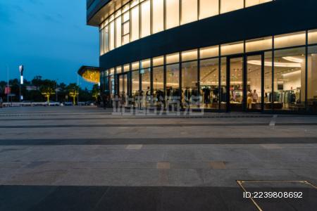 城市中商场门口的空地